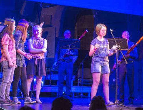 Mixit: Slam-Poetry-AG vor 400 Zuschauern auf der Bühne des Celler Schlosses