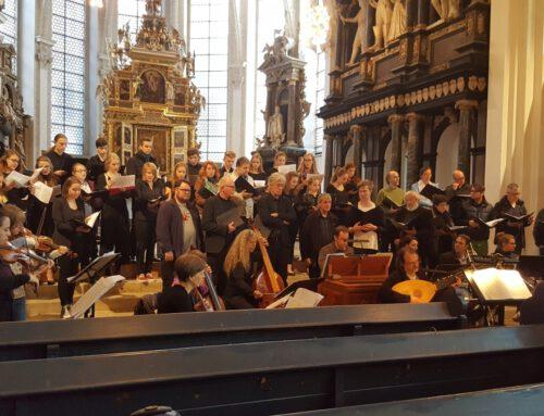 Chor des Hölty-Gymnasiums und Profichöre auf einer Bühne