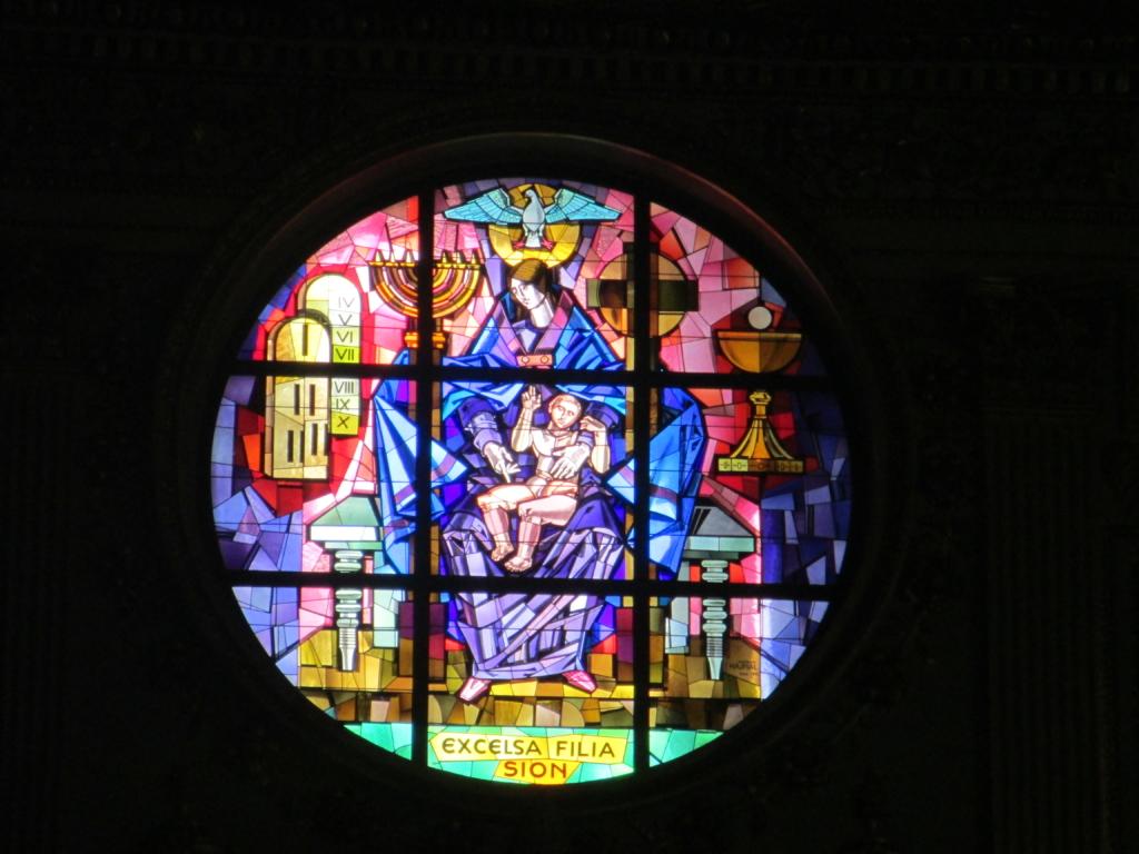 Buntglasfenster in der Papstbasilika Santa Maria Maggiore