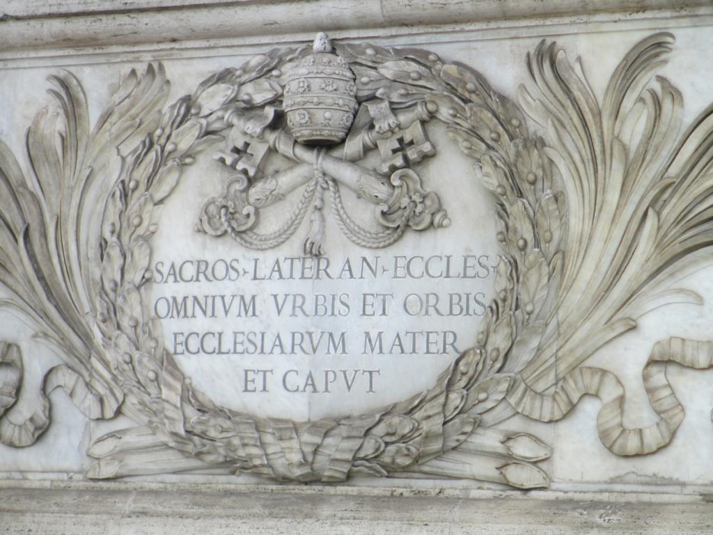 """Inschrift Lateranbasilika: """"Heilige Laterankirche, Mutter und Haupt aller Kirchen in der Stadt und der Welt"""""""