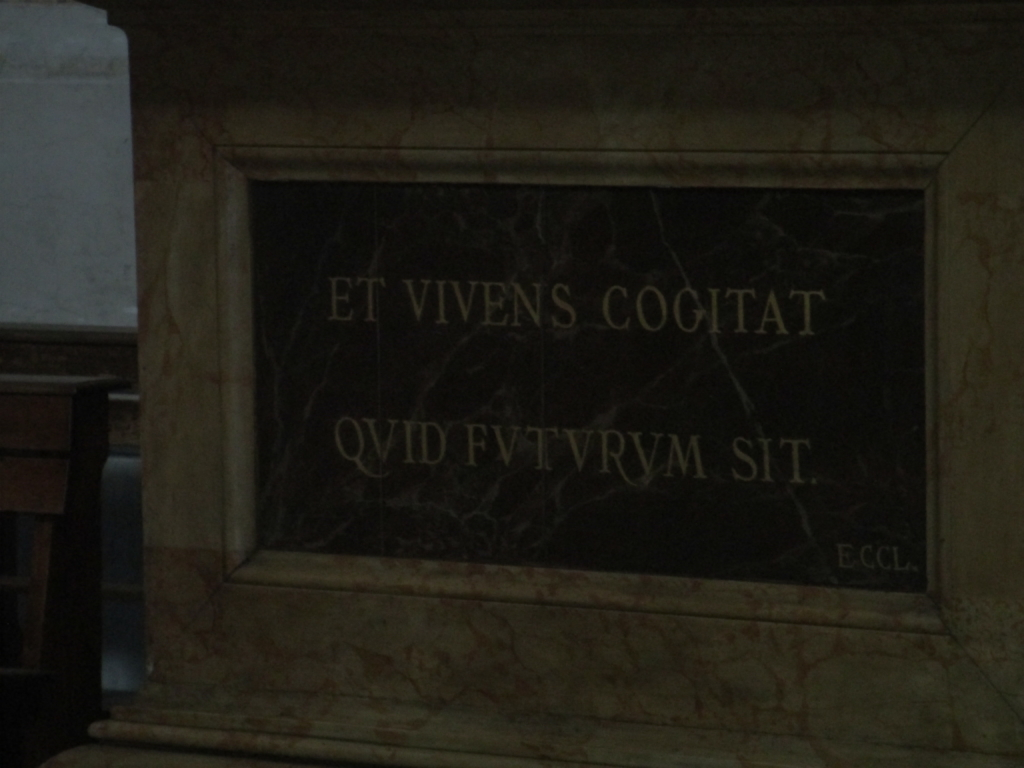 "Inschrift Diokletiansthermen: ""Der Lebende denkt an das, was kommen wird."""